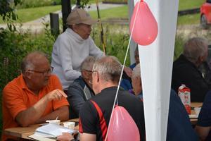 Även kommunalrådet Sten-OVe Danielsson (S) fick sig en bit tårta och ett par historier från förr.