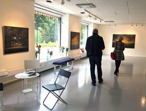 Johnny Moltons nya utställning är välbesökt. På vernissagen kom inte mindre än 300 besökare.