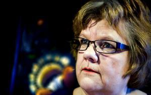 Iréne Reenberg har under tolv år varit ordförande i Dalarnas författarförbund. I Jag har älskat med månen samlar hon kåserier.
