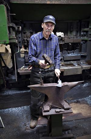 """Noggrann. """"Jag brukar ta ut stången och värma om, då är det mindre risk för att materialet spricker"""", säger Jan-Olov Prim som brukar göra 85–90 yxor om dagen."""