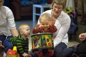 Alfred Berglund åtta månader är nyfiken på Tuva Olssons trumspelande. Här får hon hjälp av mamma Marie Larsson.