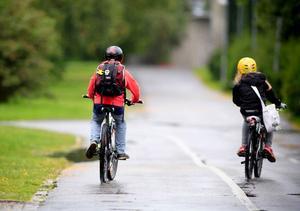 De flesta vet nog att alla barn under 15 år måste ha cykelhjälm, det är det lag på. Men har du koll på alla andra regler som gäller för dig som är cyklist i trafiken?