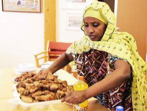 Assia Mohammad gör i ordning på buffébordet.
