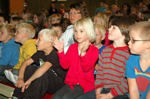 """POPULÄRAST. Att döma av hur högt barnen sjöng så var nog sången """"Pompi koloni kolanasta"""" den populäraste. Tilda Wikholm 5 år kunde alla rörelser till sången. Till höger om henne sitter Linus Eng, 6 år."""