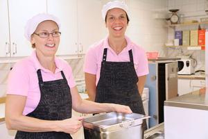Kerstin Eriksson och Carina Lindström hjälps åt i det lilla köket vid Sunnangårdens matsal. Det är nytt och fräscht i det ombyggda storköket, men det kan kännas trångt och stressigt en del dagar, tycker Carina som även jobbar i storköket.