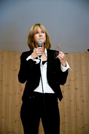 Eva Källström, chefredaktör för tidningen Land, höll ett av de många talen.