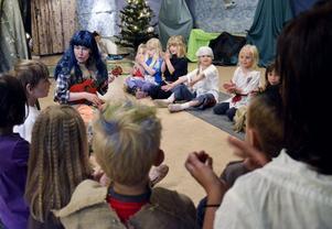 """Sagor och sång. """"Trollet"""" Ewa Palmdal berättade sagor och sjöng med barnen från förskolan Linnéan."""