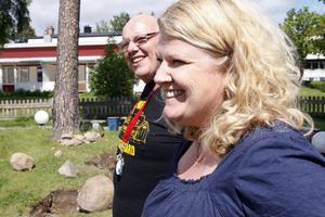 Tommy Granfeldt och Carin Larsson blickar ut över trädgården där alla har fullt upp att plantera och ställa i ordning.