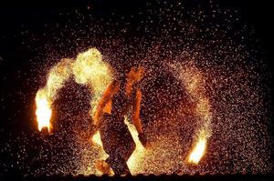 Gruppen Act of Emotion står för dans och eldshow.