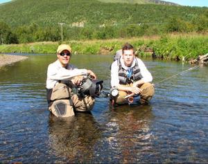 Matt Hayes och Hans Erik Moe fiskar och filmar vid Tännån. Foto: Hans Erik Moe