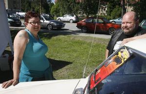 Birgitta Abrahamsson har köpt lotter och hoppas vinna den utlottade bilen.