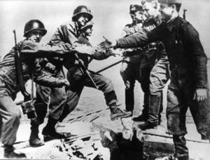 1945. Amerikanska och sovjetiska soldater möts på bron över Elbe.