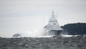 Kustkorvett HMS Visby på väg från spaningsområdet i Nämdöfjärden i samband med undervattenskränkningen 2014.
