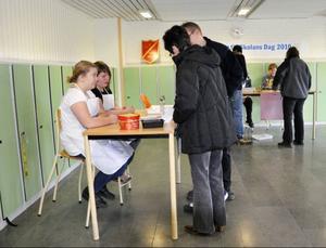 Sara Lundström och Alexandra Sundequist gör blindprovstest på besökarna: