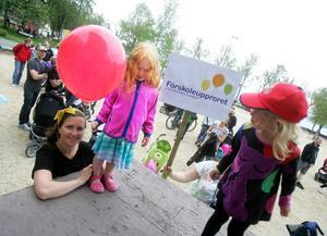 Anna Falk från Östersund med treåriga dottern Lovisa och hennes jämnåriga kompis Julie Lindström från Frösön.