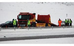 Tre bilar var inblandade i olyckan i halt väglag utanför City Gross i Falun på lördag morgon. Foto: Bengt Pettersson