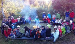 Scouter firade fredsdag. Scouternas fredsdag firas varje år den 21 september. I år vartemat solidaritet, berättar Anders Brandén Klang. Solidaritet är vad vi jobbar med i scouterna, i allt från den lilla gruppen, patrullen, till att fungera som en gemenskap bestående av 38 miljoner i hela världen. Östersundsscouterna samlades i tisdags vid scoutstugan på Frösön, för att under en kväll med olika aktiviteter få en påminnelse om hur livet kundesett ut, om man råkat bli född i en annan del av världen. Nästa sommar samlas scouter från nästan alla världens länder för att delta i det största scoutläger som någonsin anordnats i Sverige. Värd för årets fredsdag var Östersunds KFUK-KFUM scouter, som är en av Sveriges första scoutkårer (grundad 1911).foto: Ingela Brandén