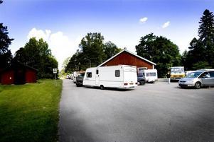 Asfaltsläggarna var precis på väg att lämna parkeringen vid Stora Vall när Arbetarbladet kom dit på måndagen. De påstod att de skulle vidare mot Umeå.