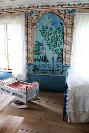 Den norra sängstugan hos Jon-Lars inreddes 1862. Vaggan på bilden är från 1780.