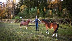 Hästhage i skuggan av berget. Niclas Holm som äger Bränninge gård, och bedriver avelsverksamhet för hästar, är oroad och förundrad över Skanskas planer att göra en bergtäkt av Bränningeberget i bakgrunden.