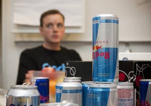 ENERGI TILL HJÄRNAN? Klockan är strax innan 14. Inom 22 timmar ska Mattias Lindqvist och hans lagkamrater presentera en smart idé på hur ungas teknikkunskaper kan användas i industrin. Bäst att ladda med lite energidryck.