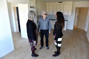 Pia Blomstedt, Mats Jansson och Anita Falk i den enda lediga lägenheten. Även där kommer någon snart att flytta in.