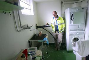 Genom två hål i väggen kommer ytterligare 300 villor i år att anslutas till fjärrvärmenätet. Jan Kroppegård på Sundsvall Energi förklarar att anläggningen som behövs för att ta emot fjärrvärme tar väldigt liten plats.