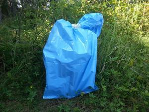 Blåa säcken innehåller 40 kilo rent bajs i en vit plasthink som rymmer cirka 40 liter och stinker trots att en vänlig granne till paret Magnusson emballerat innehållet.