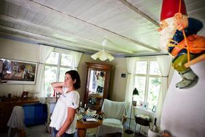 I det stora rummet på nedervåningen blandas inropade auktionsfynd med mormors gamla möbler.