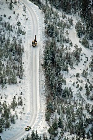 NA:s flygbild visar hur man med hjälp av grävmaskin letar igenom plogvallarna, meter för meter, längs vägen från Stakadammen upp mot utsiktspunkten Rusakulan, en sträcka på ett par kilometer.