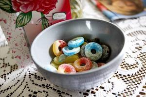 Estrid brukar ha godis hemma att bjuda på, men dessa är inte favoriterna.– Jag har slut på de där goda karamellerna jag brukar ha. Det där är såna där moderna karameller; mjuka.