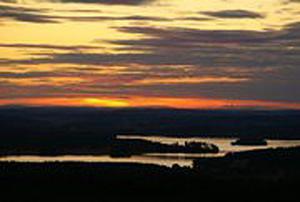 Denna bild är tagen från utsiktstornet på Landsberget en vacker sommarkväll.