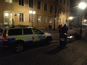 Polis på plats i centrala Örebro under valborgsnatten tidigare i år.