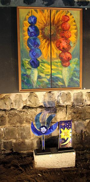 Färgstarka målningar och objekt i glasfusing lyser upp mörkret i Movikens masugn.
