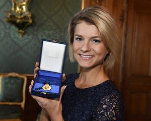 Såhär ser Jennys Rissveds medalj ut. Det är den  8:e storleken i högblått band. Den kan bäras på bröstet.
