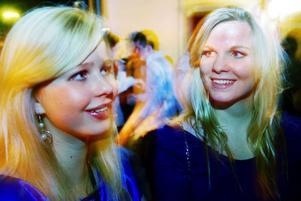 MUSIKEN VIKTIGAST. Utomhus hittas Josefine Nilsson och Rebecka Andersson som verkar allmänt glada och nöjda över kvällen.Vad behövs för en bra utekväll?– Goda vänner, tryck på dansgolvet och bra musik är det viktigaste. Lady GaGa och annan bra dansmusik fungerar alltid säger Rebecka.Varför går man ut på juldagen?– Det är alltid skön stämning och mycket folk som man inte har träffat på länge. Som en vanlig utekväll fast bättre.