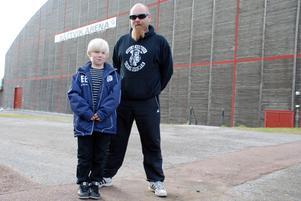 Satsar på elitserien i framtiden. Emil och hans pappa Tom Eriksson hoppas på mer tid för allmänheten i Rättvik Arena.