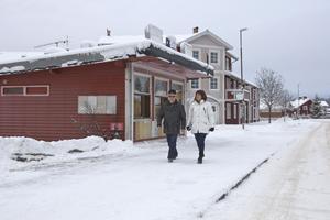 Anders Flodström och Anneli Karlsson vid den gamla kiosken i Fors. Snart är den ett minne blott. Bra tycker båda.