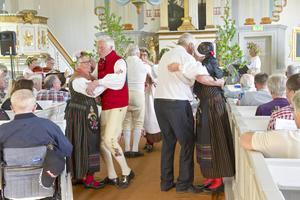 Folkdans i kyrkgången under allsången i Tännäs.