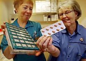 Foto: LASSE WIGERT Cancer. Cytostatika i tablettform gör det möjligt för cancerpatienter att klara sin behandling själva. Sjuksköterskorna Astrid Möller och Ragnhild Johansson på onkologkliniken i Gävle ger råd och stöd.