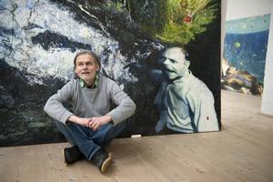 I flera av de verk som konstnären Max Book nu ställer ut på Waldemarsudde i Stockholm syns både barr och löv. Det beror på att han ibland låter dukarna ligga ute i skogen efter att han målat färdigt.   Jessica Gow/TT