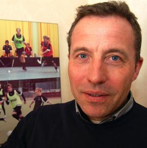 Lars Lisspers har sagt upp sig som rektor vid Idrottsgymnasiet i Mora för att flytta till Ukraina och ett jobb i KHL-klubben HC Dombass.