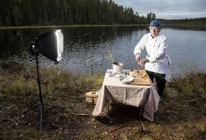 Flugfiskare och fd kocklärare. Lars Erik Hansen, Sundsvall, vet hur man ska hantera fisken efter fångsten, om man ska äta den. Vid Lövåstjärn, Holm, bjuder han på en matnyttig lektion, för fisk är ett känsligt livsmedel.