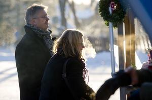 Paret Sten-Ivan Bodegrim och Ulla Runegård handlar fårkorv hos Ulla Dahlström i Hobborn.