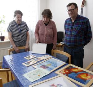 Märit Hansson, Kristina Svensson och Kjell Sund har alla varit med och målat och här visar de upp sina alster.