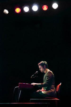 Då och då flyttar sig Tobias Fröberg från gitarren till pianot, medan han spontant pratar om sådant som dyker upp  i hans huvud.Foto: Joakim Rolandsson