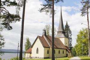 Tjuven passade på när kvinnan besökte en grav vid Bergviks kyrka.
