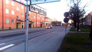Här på Herrgårdsgatan, precis efter stoppförbudsskylten, sköts machetemannen av polisen.