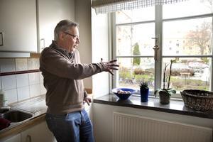 NÖJD. Sven Eriksson bor i huset och försäkrar att de från bostadsrättsföreningens sida varit noga med att balkongerna ska smälta in på fasaden. Foto: Margareta Andersson