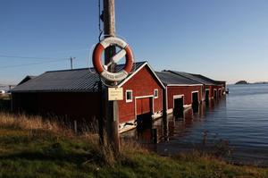 Från Trollharens lilla hamn ligger Leskär 2,5 kilometer rakt ut.